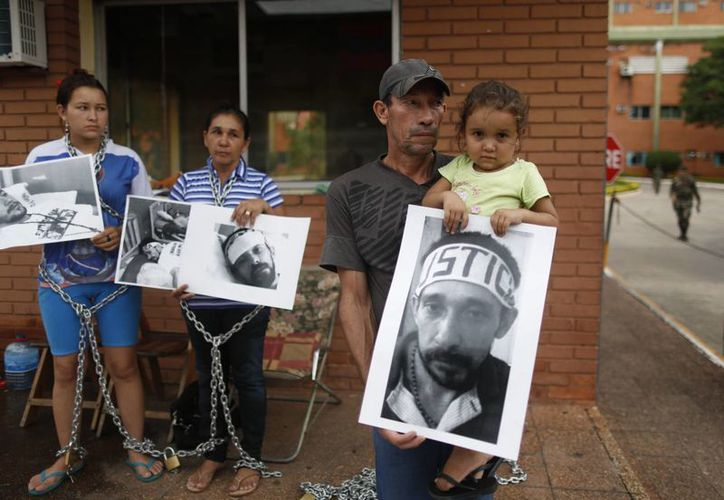 Las familias de los campesinos presos se encadenaron frente al Hospital Militar de Asunción.(AP)