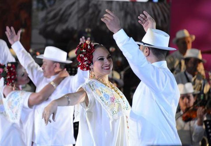 """Imagen de la presentación de la Orquesta Típica Yukalpetén que acompaña al Ballet Folclórico del Estado """"Alfredo Cortés Aguilar"""". (Foto: cortesía)"""