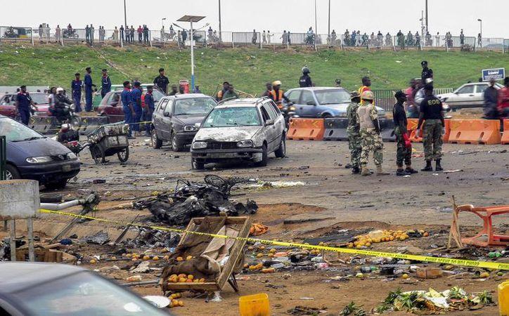 Oficiales de la policía nigeriana observan el lugar donde un coche bomba explotó en Nyana, Abuya. (Archivo/EFE)