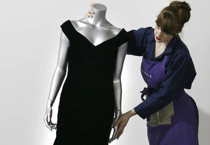 Un vestido de terciopelo azul oscuro que la princesa Diana usó en una cena de estado en la Casa Blanca, en 1985. (Agencias)