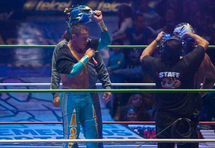 Ramón Ibarra Rivera (Volador Jr) entregó su máscara a 'La Sombra'. (Foto: Récord)