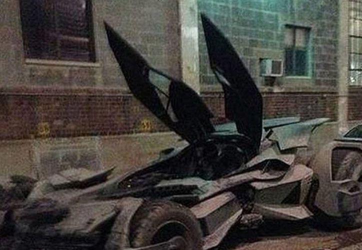 Esta es una de las 4 imágenes que circulan en Instagram en las que puede verse lo que -según los usuarios Batman-News y amacro13- es el prototipo del nuevo Batimóvil. (excelsior.com.mx)