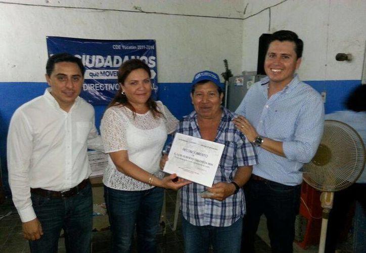 La senadora Rosa Adriana Díaz Lizama realiza recorridos por Yucatán para entregar reconocimientos a los panistas que apoyaron la campaña de Ernesto Cordero. (SIPSE)