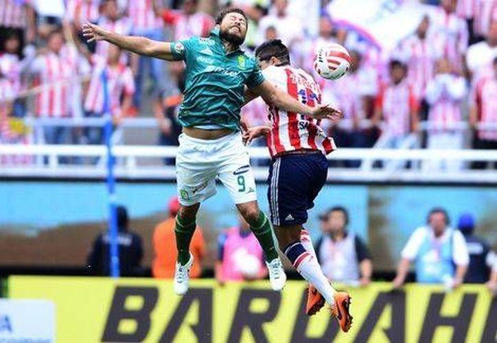 Los jugadores de Chivas de Guadalajara vencieron en los últimos minutos como locales a León para ascender por primera vez en el torneo al liderato de la Liga MX. (mexsport.com)