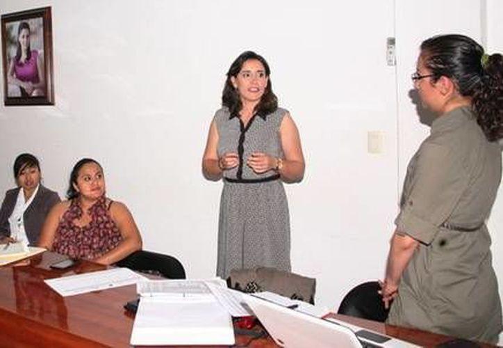 La directora general del IQM, Blanca Cecilia Pérez Alonso, recibió al personal de las diversas Instancias Municipales del Estado. (Redacción/SIPSE)