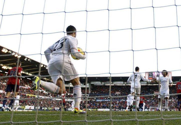 Al Real Madrid no le alcanzó el tiempo para remontar el 2-0, aunque logró empatar el encuentro frente al Osasuna de Pamplona, en la Liga de España. (Efe)