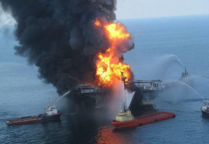 Se incendia plataforma petrolera frente a las costas de Louisiana, se evacuó al personal. Imagen de contexto de un siniestro en la plataforma Deepwater Horizon en 2010 en el golfo de México. (Wikipedia)