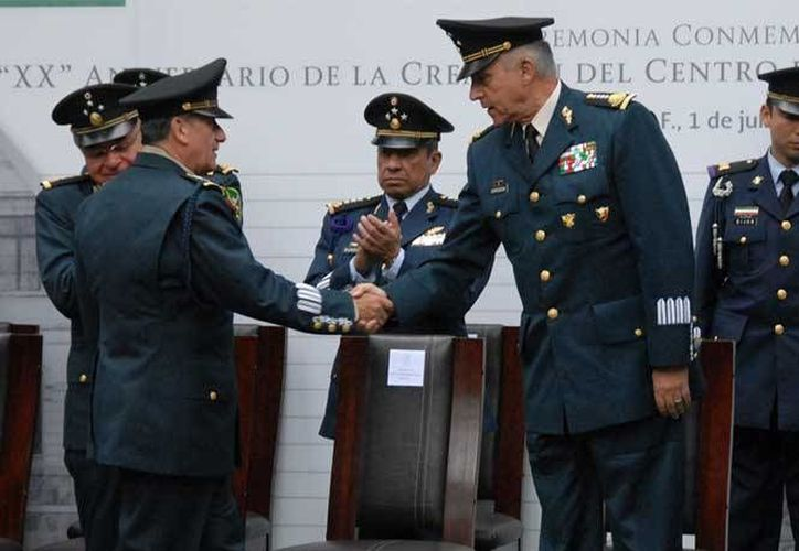 Este sábado pie el General Salvador Cienfuegos reconoció el liderazo del presidente Enrique Peña y entregó reconocimientos a ocho generales del Ejército y de Fuerza Aérea que pasaron a situación de retiro. (excelsior.com.mx)