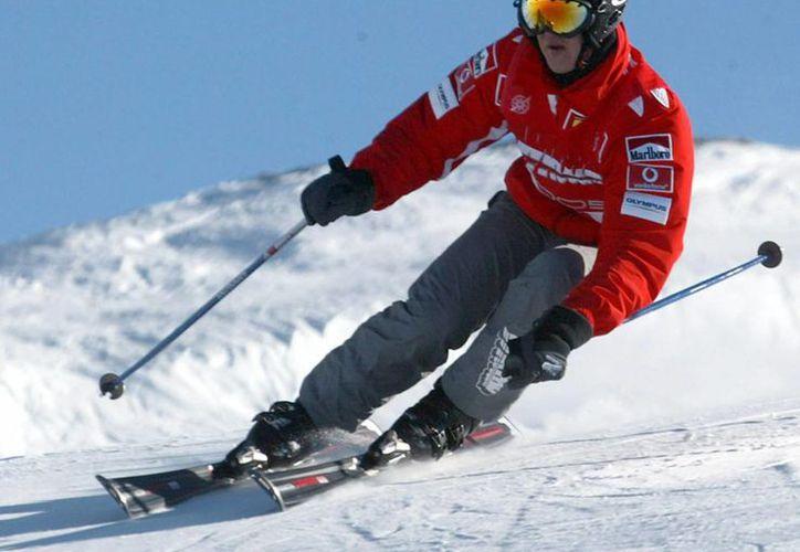 Michael Schumacher pudo haber sufrido un traumatismo craneal al chocar contra una roca mientras esquiaba en los Alpes de Francia. (Archivo/EFE)