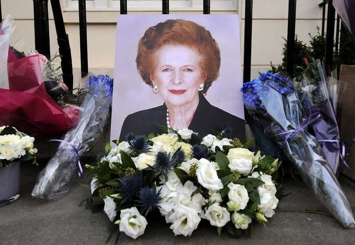 Varias personas depositan flores y artículos en la puerta de la casa de Margaret Thatcher, en Londres. (EFE)