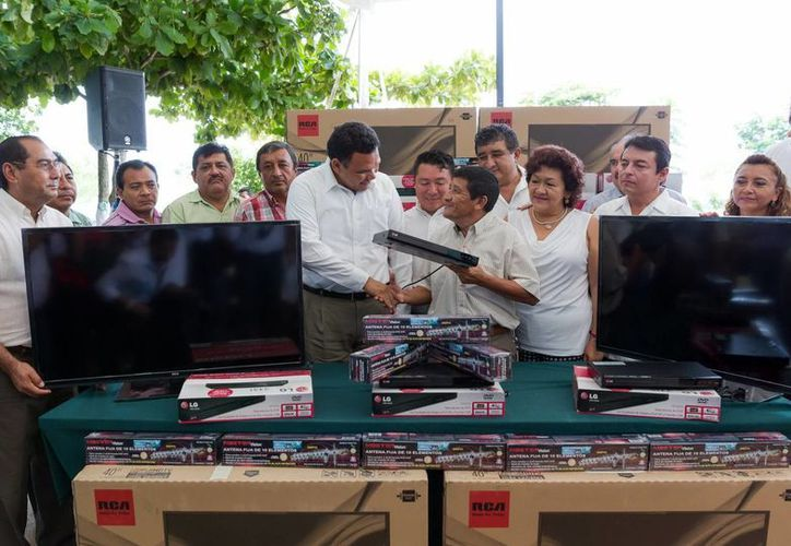 El Gobernador hizo entrega de televisores a planteles de telesecundaria de cuatro municipios en Kanasín. (Milenio Novedades)