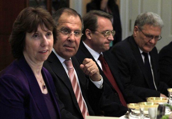 El viceministro de relaciones exteriores de Rusia, Mikhail Bogdanov (tercero desde la izquierda) con otros funcionarios rusos en Washington. (Agencias)