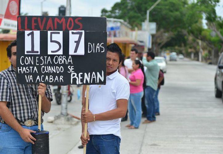 Estudiantes del Instituto Tecnológico de Mérida se manifiestan por la demora en las obras en la calle 60 Norte. (Luis Pérez/SIPSE)