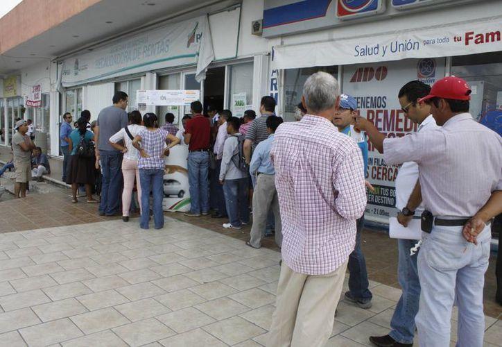 Se notaron largas filas en los módulos que se instalaron en la ciudad. (Sergio Orozco/SIPSE)