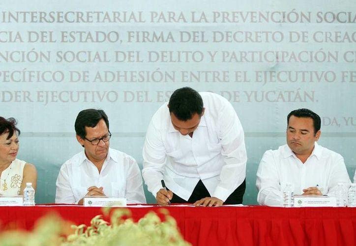 Tras firmar un convenio, Campa Cifrián y el gobernador Rolando Zapata inauguraron el Centro Estatal de Prevención Social del Delito y Participación Ciudadana. (SIPSE)