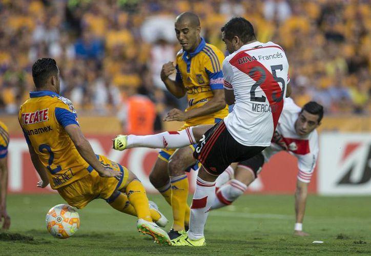 La final de ida de la Copa Libertadores fue tan intensa como se muestra en esta foto, en la que Israel Jimenez (Tigres) bloquea un disparo de Gabriel Mercado (River) en el estadio regiomontano. (Foto: AP)