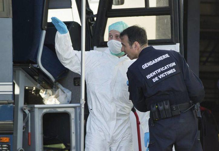 Dos miembro la policía francesa forense trabajan en la zona de la catástrofe en Seyne les Alpes, Francia. (EFE)