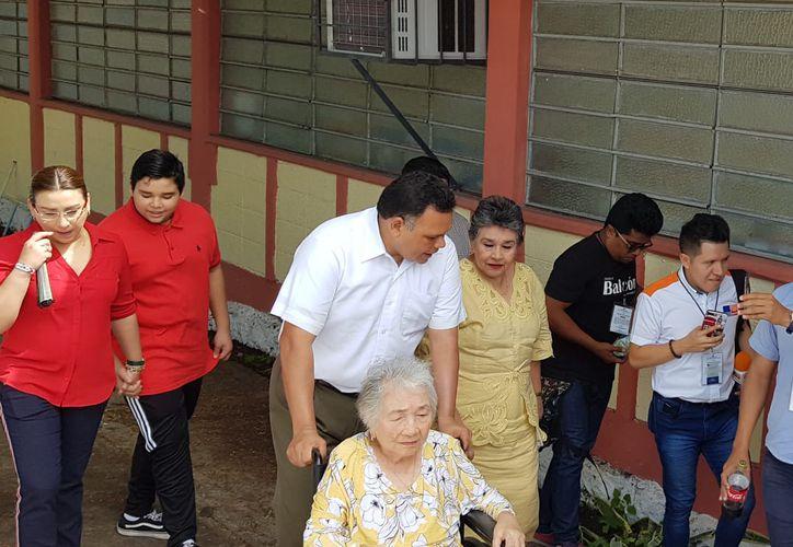 El Gobernador de Yucatán acudió a emitir su sufragió acompañado de su familia. (MILENIO)