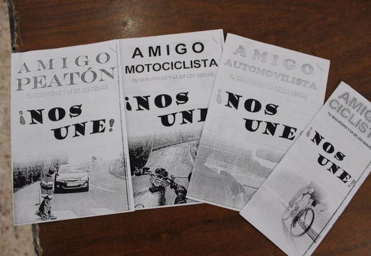 La Dirección de Tránsito reparte folletos en principales avenidas de Chetumal. (Redacción/SIPSE)