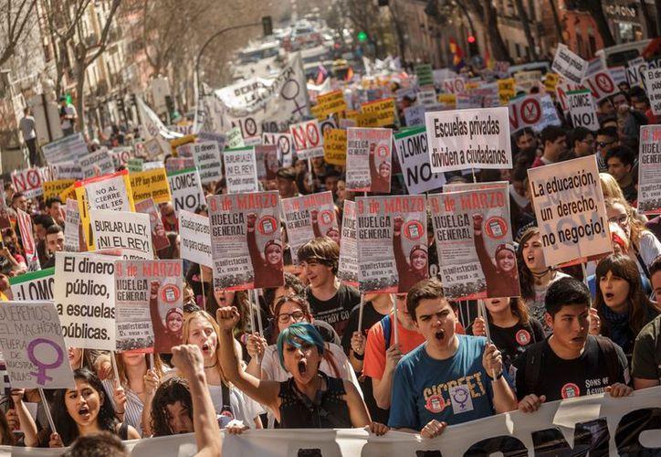 Estudiantes y profesores protestaban en España con huelgas y manifestaciones por recortes a la educación.  (AP/Daniel Ochoa de Olza)