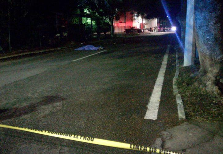 El cuerpo fue arrastrado sobre la avenida 40 hasta la calle 10. (Redacción/SIPSE)