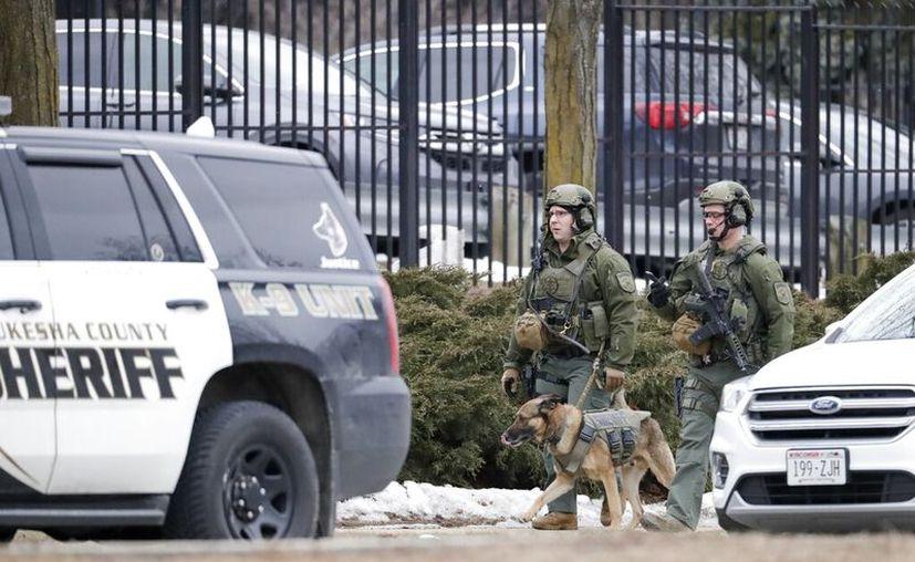 La policía trabaja afuera del campus de Molson Coors Brewing Co. en Milwaukee, luego de informes de un posible tiroteo. (Foto AP / Morry Gash)