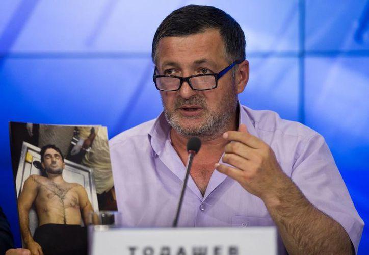 Abdulbaki Todashev mostró fotos de su hijo con heridas en todo el cuerpo. (Agencias)
