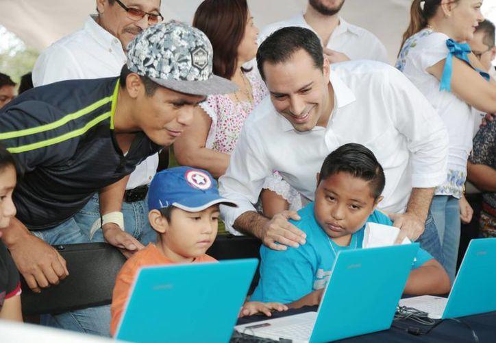 El alcalde Mauricio Vila inauguró este sábado en Molas el servicio de internet gratuito para todas las comisarías de Mérida. (Foto cortesía del Ayuntamiento)