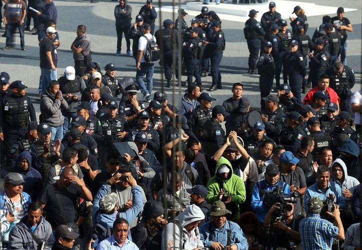 Los policías exigieron que los mandos les presenten un tabulador con los montos que obtendrían al momento de salir de la corporación. (Foto: Reforma)