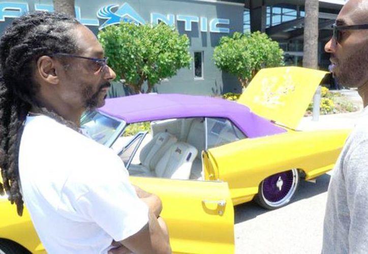 El rapero Snoop Dogg obsequió un auto descapotable con tema de Lakers de Los Ángeles a Kobe Bryant. (@SnoopDogg)