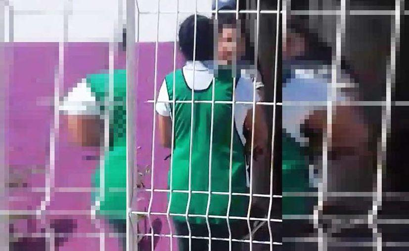Una mujer que pasaba por el lugar se dio cuenta y comenzó a grabar la situación. (Foto: Redacción/SIPSE).