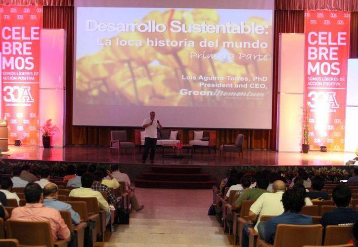 """Imagen del Congreso Internacional de Innovación Scaling Up 2015 en la Anáhuac-Mayab. Presentaron la conferencia """"La loca historia del mundo sustentable"""". (Milenio Novedades)"""