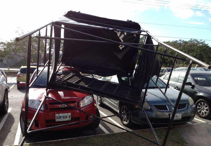Un representante de las SSP habló con los afectados para reparar los daños. Todo fue a causa del fuerte viento. (SIPSE)