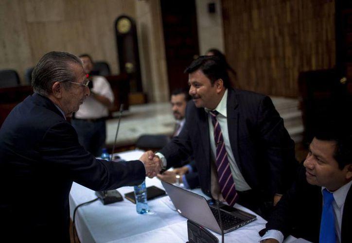 El exgeneral golpista José Efraín Ríos Montt (i) saluda a el abogado de las víctimas del conflicto armado. (EFE)