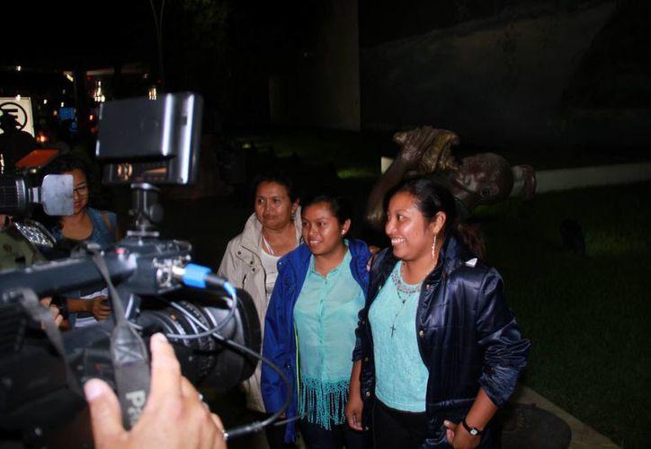 La joven (en primer plano), Fátima del Rosario Chay Che, al momento de llegar al Aeropuerto Internacional de Mérida, luego de viajar junto con el Presidente de México a la Ciudad de México para conocer Los Pinos. (Jorge Acosta/SIPSE)
