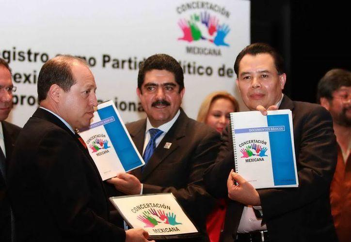 Manuel Espino y René Arce entregaron al IFE la documentación de la organización Concertación Mexicana. (Notimex)