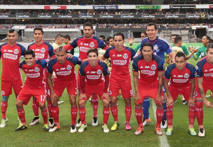 El equipo Chivas previo a su encuentro con el América, el pasado 15 de mayo en el Estadio Azteca. Adidas anunció el viernes el fin de su relación comercial con el conjunto tapatío.(Archjivo/Notimex)