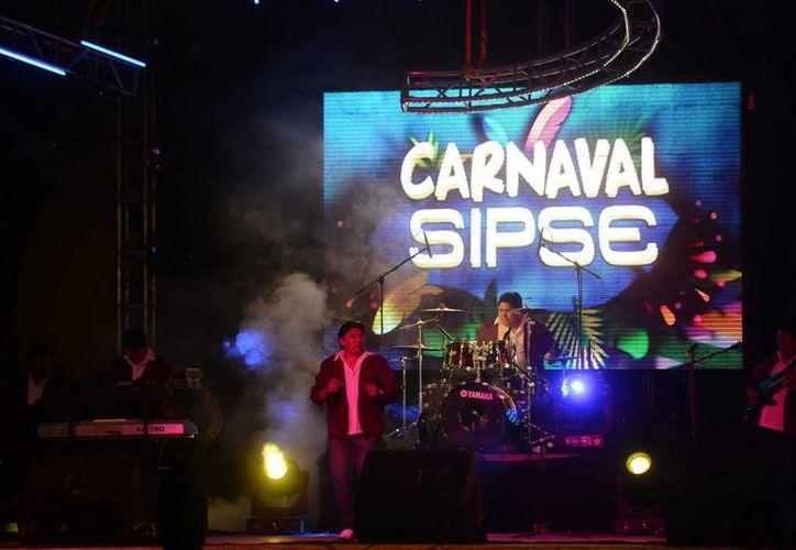 Los asistentes a la tarima de Grupo SIPSE en Plaza Carnaval se llevaron un buen sabor de boca. (SIPSE)