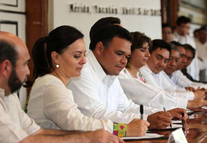 La firma de los convenios en el Salón de la Historia de Palacio de Gobierno. (SIPSE)
