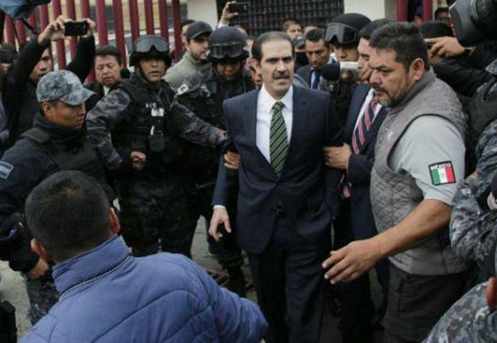 El ex gobernador de Sonora se presentó ayer ante las autoridades para declarar sobre las acusaciones que hay en su contra. (Daniel Perales/24 HORAS)