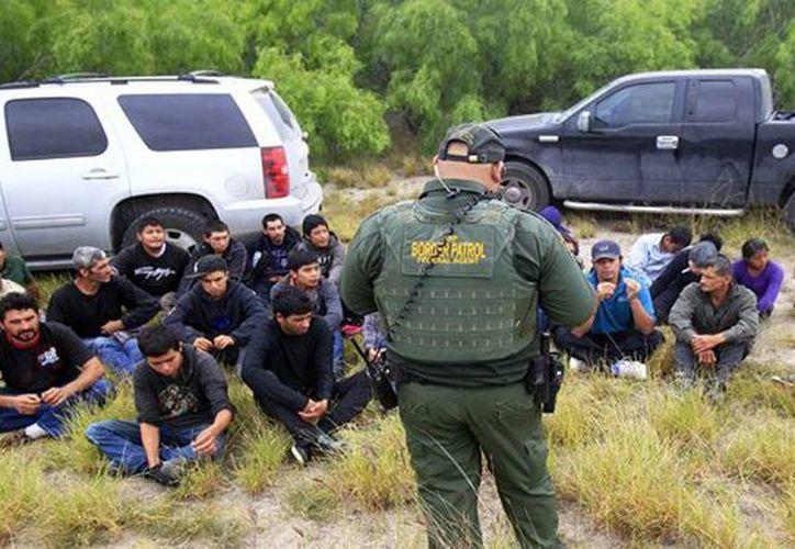 Imagen de decenas de personas que ingresaron ilegalmente a EU y fueron detenidas por la Patrulla Fronteriza cerca de McAllen, Texas. (Archivo/Agencias)