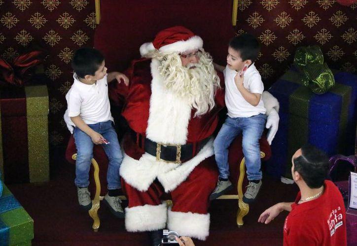 Santa Claus fue entrevistado en Plaza Galerías de Mérida, donde recibe cartas y escucha los deseos de los niños. (José Acosta/SIPSE)