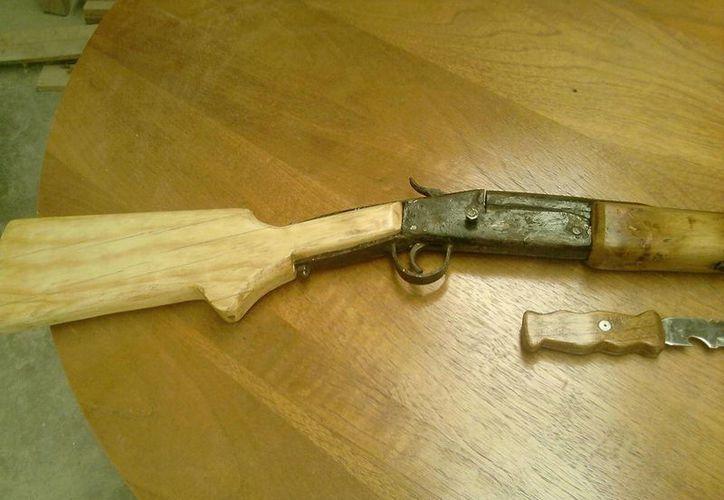 En el domicilio se aseguró el arma de fuego, una escopeta hechiza y un perdigón percutido.(telemax.com.mx)