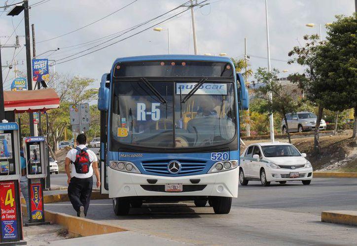 Indican que son pocos los estudiantes que son beneficiados por el transporte público. (Israel Leal/SIPSE)