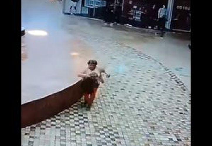 Un gran trozo de vidrio cae justo donde ella antes se encontraba. (Youtube)