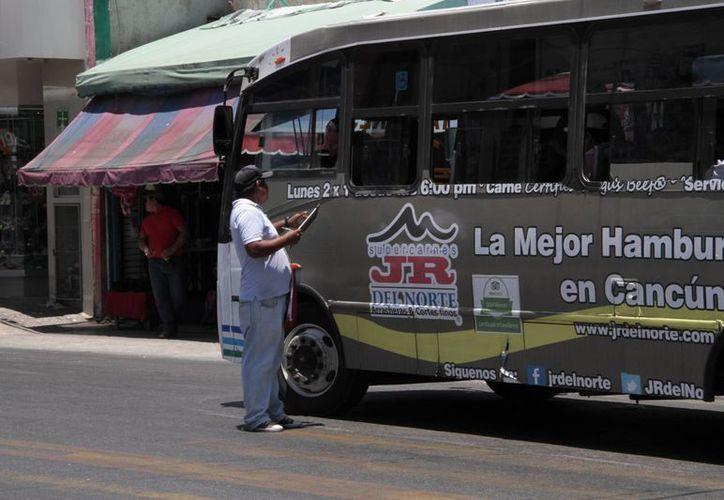 """Los checadores oficiales manifestaron que los """"piratas"""" los atrasan en su trabajo y provocan tráfico en horas pico. (Tomás Álvarez/SIPSE)"""