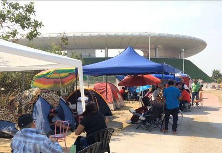 Aficionados acampan para adquirir boletos para el encuentro Chivas-América programado para el sábado 3 de marzo, a las 22 horas, en Jalisco. (Milenio)