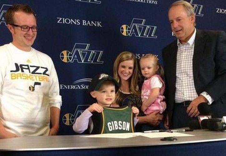 JB Gibson presume su casaca del Jazz de Utah. (Fotos tomadas de Twitter)