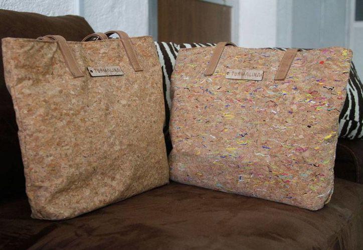 Turmalina fabrica bolsos de mujer con materiales biodegradables. Su directora y fundadora, María Fernanda de Regil, empezó su empresa desde la escuela, con un proyecto de tesis. (César González/Milenio Novedades)