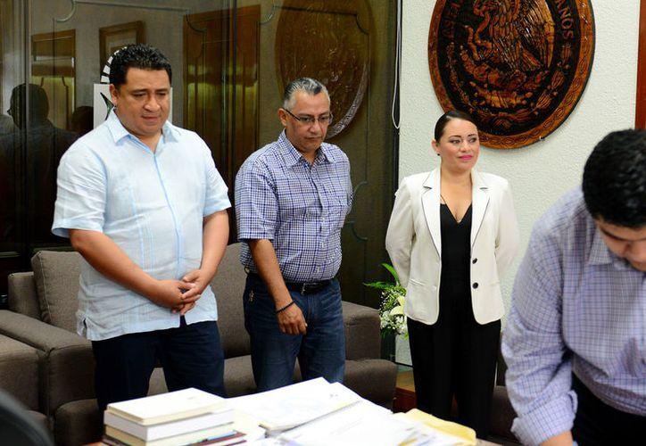 Perla Tun entregó el documento en la oficina de Eduardo Martínez. (Foto: David de la Fuente)